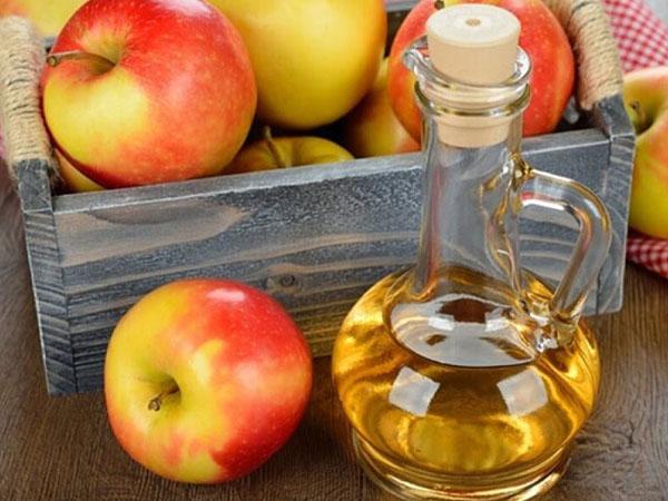 бутылка уксуса и яблоки